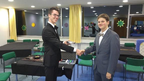 Maxi (rechts), der Gewinner des Casinoabends erhält einen Kinogutschein als Preis